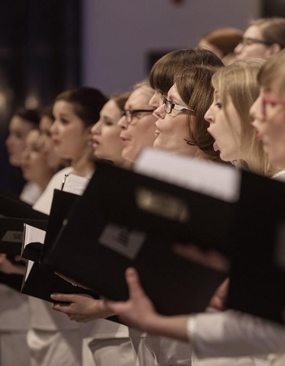 grupa osób śpiewająca piesni, chór centrum myśli jana pawła ii