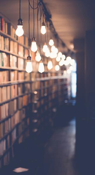 biblioteka z książkami na półkach