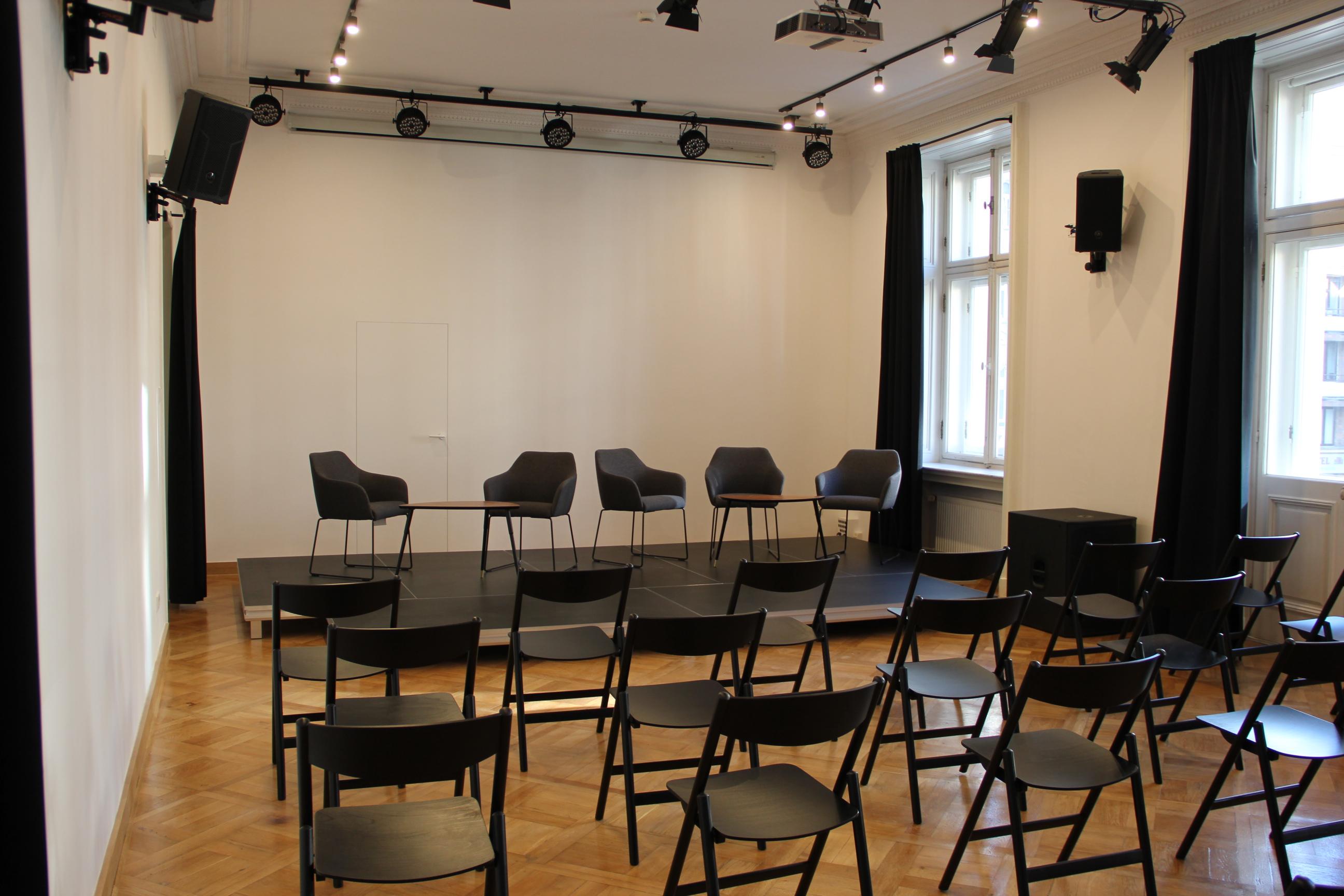 sala z dużą ilością krzeseł