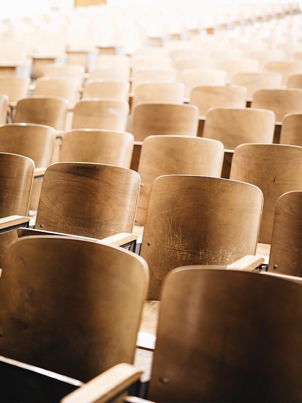 puste krzesła w audytorium, sali