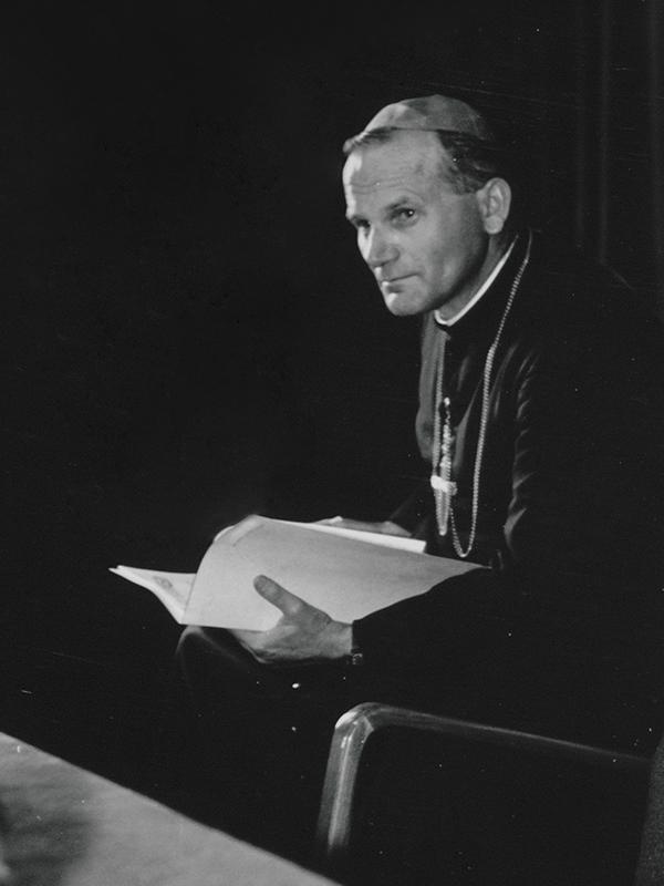 Karol Wojtyła czytający książkę