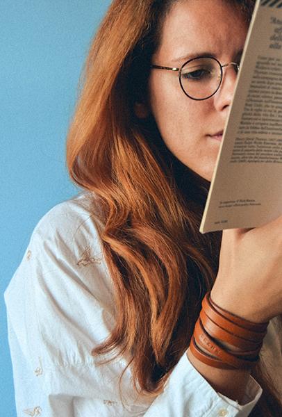 Obrazek dekoracyjny: dziwczyna czyta książkę.