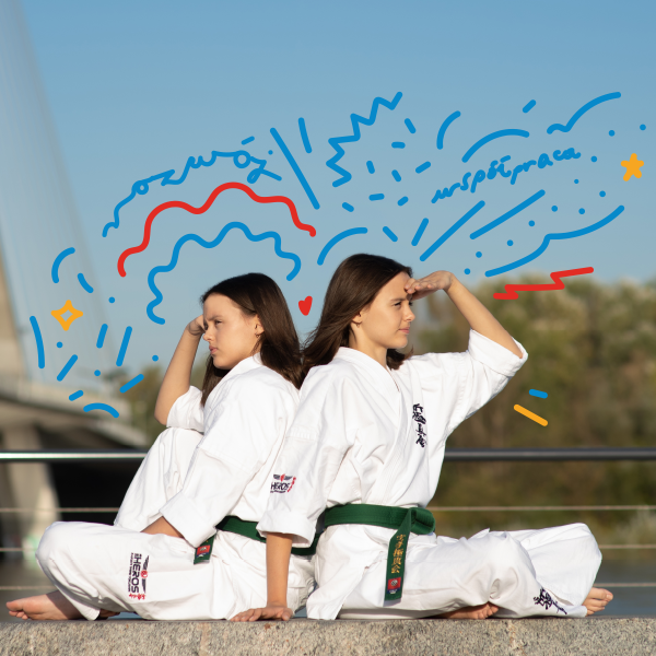 Siostry bliźniaczki w strojach karate na tle mostu świętokrzyskiego w Warszawie