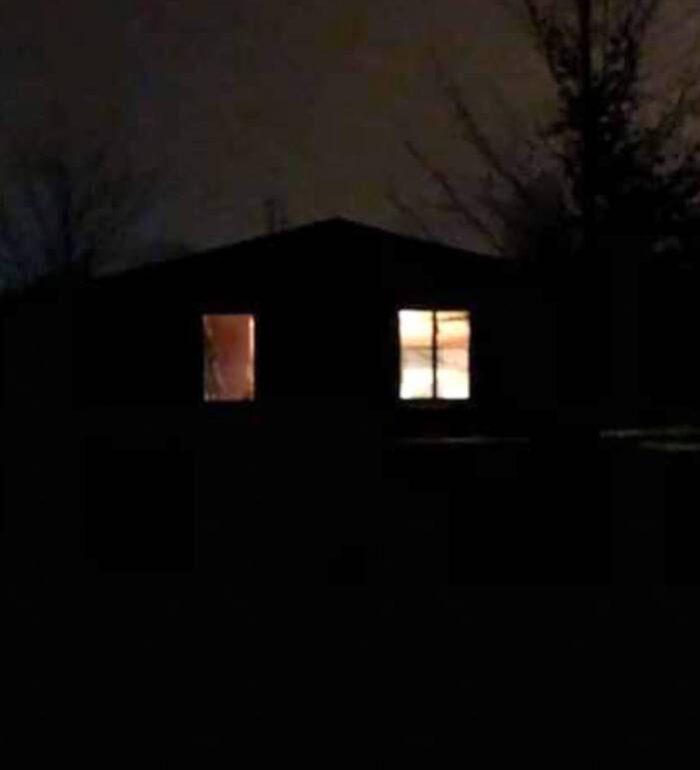 noc, dom, zapalone światło w oknach