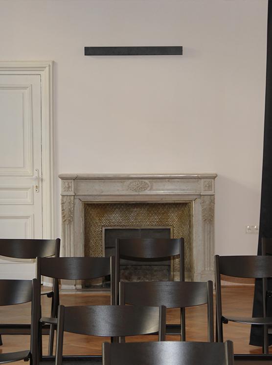 sala z krzesłami, w tle kominek