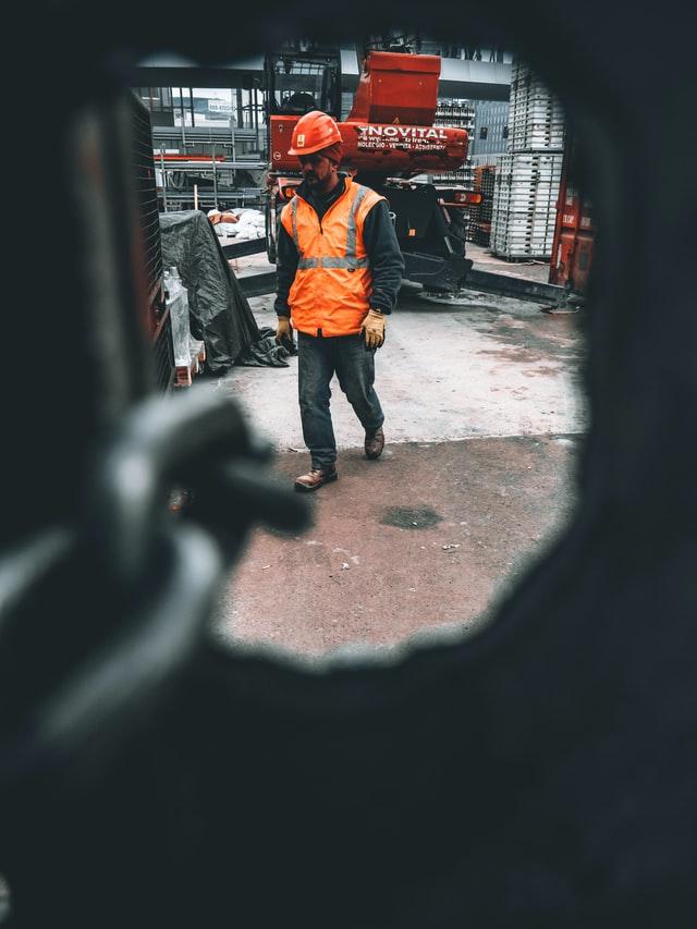 Mężczyzna pracujący na budowie