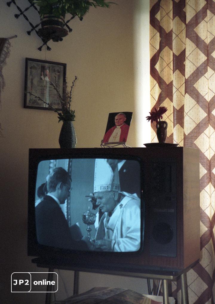 stary telewizor, wizerunek Jana Pawła II