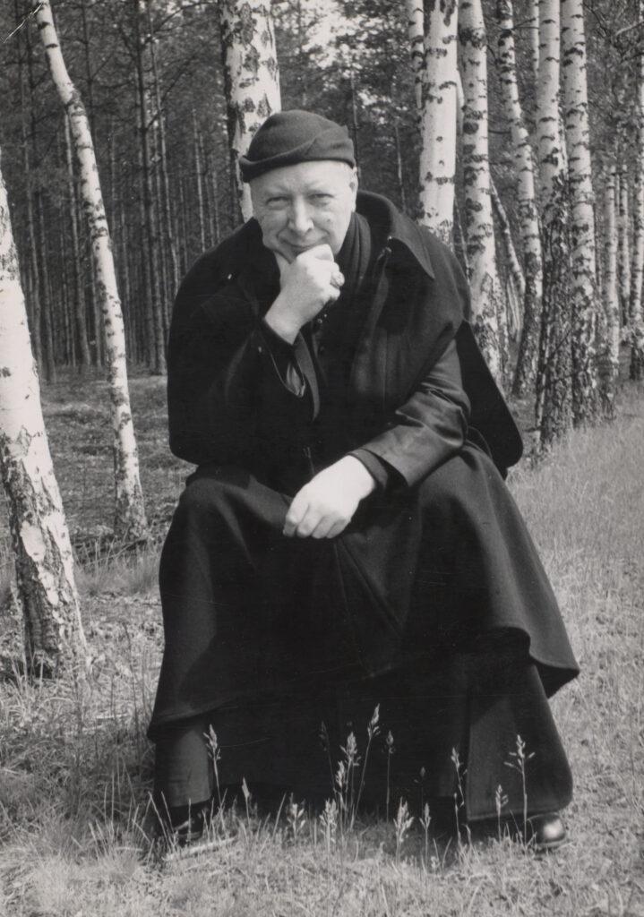 Kardynał Wyszyński podczas wycieczki do lasu